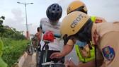 CSGT TPHCM xử phạt người tham gia lưu thông không đeo khẩu trang từ ngày 1-6. Ảnh: CHÍ THẠCH