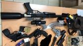 Tang vật vũ khí, công cụ hỗ trợ công an thu giữ. Ảnh: C.T