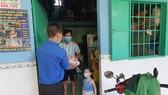 Phát cơm từ thiện cho bà con khó khăn ở phường Bình Chiểu, TP Thủ Đức. Ảnh: CHÍ THẠCH