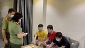 Các đối tượng tại Chung cư SaiGon South. Ảnh: CA