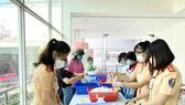 Những chiến sĩ nữ CSGT tham gia chuẩn bị những suất cơm