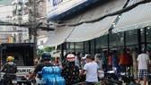 Từ sáng đã có rất đông người dân đổ tới các tiệm thuốc. Ảnh: C.T
