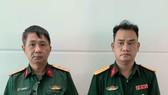 Võ Thành Phúc và Trần Vũ Hàn Minh Nhật (từ trái qua phải) cùng trang phục Quân đội tại cơ quan công an