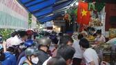 Người dân tập trung đông chờ mua bánh Trung thu ở cừa hàng Như Lan. Ảnh: C.T