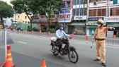 Xử lý nhiều trường hợp vi phạm giao thông trong ngày đầu nới lỏng giãn cách ở TPHCM. Ảnh: DŨNG PHƯƠNG