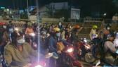 Hàng ngàn người dân tiếp tục đi xe máy từ tỉnh Bình Dương qua TPHCM để về miền Tây. Ảnh: CHÍ THẠCH