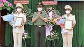Thiếu tướng Lê Hồng Nam trao quyết định thành lập Phòng Viễn thông, tin học và cơ yếu. Ảnh: CHÍ THẠCH
