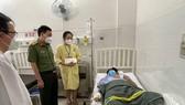 Đại tá Nguyễn Sỹ Quang, Phó Giám đốc Công an TPHCM thăm, động viên Cảnh sát khu vực bị kẻ ngáo đá đâm trọng thương. Ảnh: CA