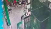 Hình ảnh từ camera an ninh ghi nhận vụ việc