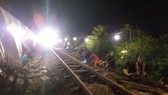 21 giờ ngày 3-9 tuyến đường sắt Bắc Nam đã thông tuyến, tàu được chạy với vận tốc 5km/giờ. Ảnh: MINH PHONG