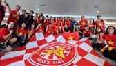 """Các cổ động viên """"nhuộm đỏ"""" sân bay Nội Bài sáng 16-1"""