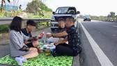 Cảnh dừng xe ăn uống trên cao tốc Nội Bài- Lào Cai và được livestream trên mạng xã hội. Ảnh cắt từ clip