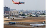 Máy bay xếp hàng chờ cất cánh tại Cảng hàng không Quốc tế Tân Sơn Nhất