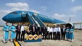 Phó thủ tướng Trương Hòa Bình chúc mừng chiếc máy bay thứ 100 của Vietnam Airlines