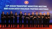 Phó Thủ tướng Chính phủ Trịnh Đình Dũng chụp ảnh lưu niệm với các đại biểu dự hội nghị ATM25