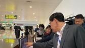 Lãnh đạo Bộ Y tế kiểm tra máy đo thân nhiệt tại sân bay