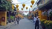 Du khách tại phố cổ Hội An. Ảnh: NGỌC PHÚC (ảnh chụp trước ngày 1-4-2020)
