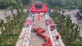 """Hơn 1.000 thanh niên xếp hình bản đồ Việt Nam tại lễ khởi động chương trình """"Tôi yêu tổ quốc tôi"""" vừa tổ chức tại Khu di tích lịch sử Quốc gia Đền Hùng (Phú Thọ)."""