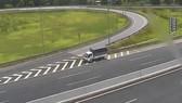 Xe vi phạm đi lùi trên cao tốc. Ảnh cắt từ clip