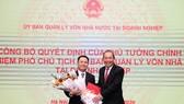 Phó Thủ tướng Thường trực Chính phủ Trương Hoà Bình trao quyết định và tặng hoa cho ông Nguyễn Ngọc Cảnh