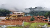 Hiện trường sạt lở đất vùi lấp một phần doanh trại Đoàn kinh tế Quốc phòng 337 (Quân khu 4)  sáng 19-10