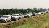 Nhiều xe ô tô rẽ vào đường nhánh ở địa phận huyện Cai Lậy (Tiền Giang) để lên cao tốc Trung Lương - Mỹ Thuận, nhằm tránh kẹt xe cục bộ ở QL 1A, đoạn qua tỉnh Tiền Giang