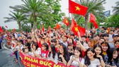 Hàng ngàn người hâm mộ đổ ra đường đón Đoàn thể thao Việt Nam