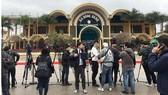 Phóng viên quốc tế đặt máy ghi hình chờ đoàn tàu lãnh đạo Triều Tiên tại ga Đồng Đăng