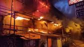 Đến 23 giờ 30, vụ cháy tại Công ty Bóng đèn phích nước Rạng Đông được khống chế