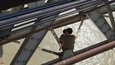 Giải cứu thành công một thanh niên định ôm con nhảy cầu Long Biên tự tử
