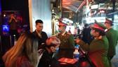 Công an Hà Nội kiểm tra các quán bar, karaoke phòng dịch Covid-19