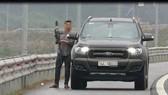 Dừng xe trên cao tốc để bắn chim, tài xế ô tô bị xử phạt