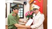 Thứ trưởng Lương Tam Quang trao quyết định bổ nhiệm cho Thiếu tướng Đặng Ngọc Tuyến. Ảnh: BCA