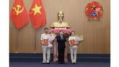 Thừa uỷ quyền của Chủ tịch nước, Viện trưởng Viện Kiểm sát nhân dân Lê Minh Trí trao quyết định và chúc mừng đồng chí Nguyễn Duy Giảng và đồng chí Nguyễn Hải Trâm. Ảnh: VGP