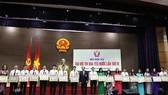 Bộ trưởng Lê Vĩnh Tân tặng bằng khen cho các tập thể, cá nhân có thành tích trong phong trào thi đua yêu nước. Ảnh: THANH TUẤN