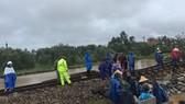 Cục Cảnh sát giao thông cùng người dân khắc phục sự cố đường sắt do mưa bão ở miền Trung