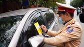 Hà Nội: Tài xế bất ngờ khi bị CSGT dán thông báo phạt nguội lên ôtô