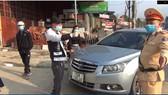 Nam tài xế (người chỉ tay) không mang theo giấy tờ, từ chối kiểm tra nồng độ cồn và livestream quá trình làm việc của CSGT