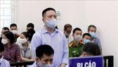 """4 cựu cán bộ thanh tra giao thông hầu tòa vì """"bảo kê"""" cho logo xe vua ở Hà Nội"""