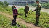 Người phụ nữ lội suối để nhập cảnh trái phép từ Trung Quốc vào Việt Nam