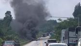 Phát hiện xác chết cạnh xe tải cháy rụi trên cao tốc Nội Bài – Lào Cai