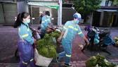 Nữ công nhân góp tiền mua rau giúp người khó khăn