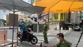 Người dân khai báo y tế qua chốt kiểm soát bằng ứng dụng của Bộ Công an