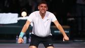 Krajinovic ăn mừng hoang dại trên sân đấu sau chiến thắng