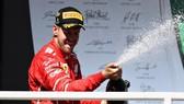 Sebastian Vettel khui champagne với nụ cười trên môi