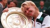 Jana Novotna với chiếc cúp vô địch Wimbledon 1998