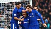 Các cầu thủ Chelsea chia vui cùng Hazard