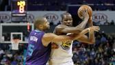 Kevin Durant (phải) đã chơi cực hay với cú triple-double