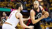 Jonas Valanciunas (phải) không thể giúp Raptors thắng LA Clippers