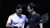 Murray (phải) và Federer ở sự kiện giao hữu tại Glasgow